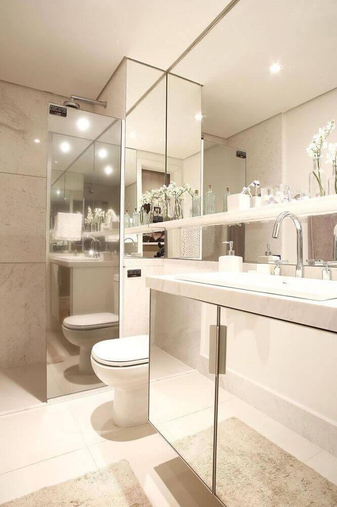 banheiro branco com detalhes espelhados