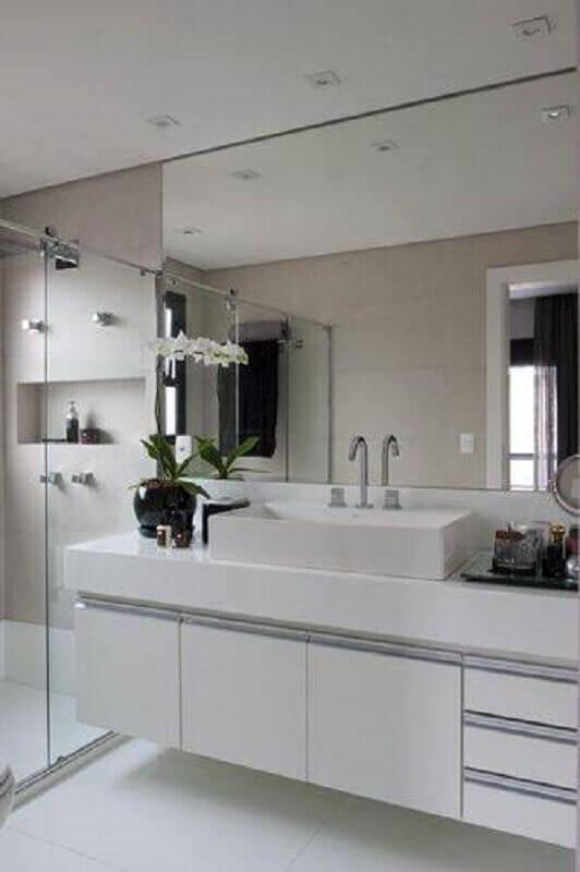 banheiro branco com espelho grande