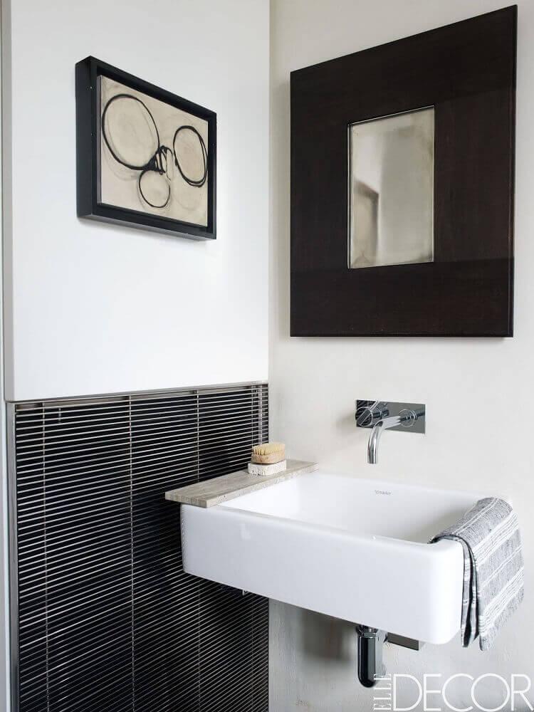 banheiro branco com espelho preto