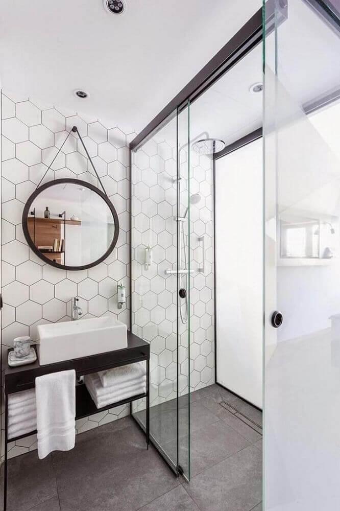 banheiro branco com piso de cimento queimado
