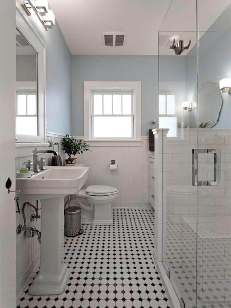 banheiro branco com piso preto e branco