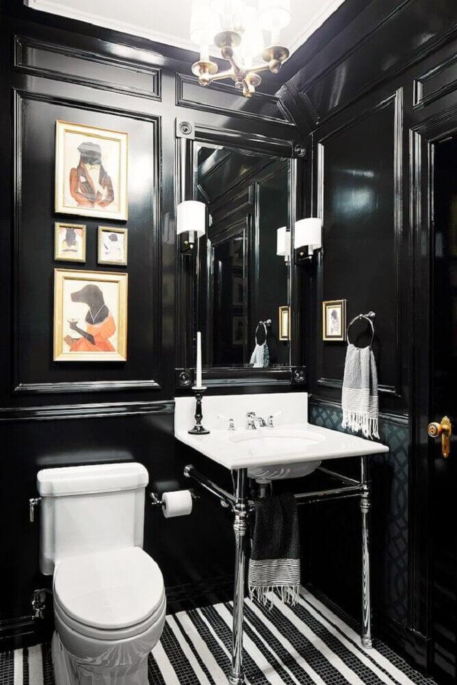 banheiro preto com quadros coloridos