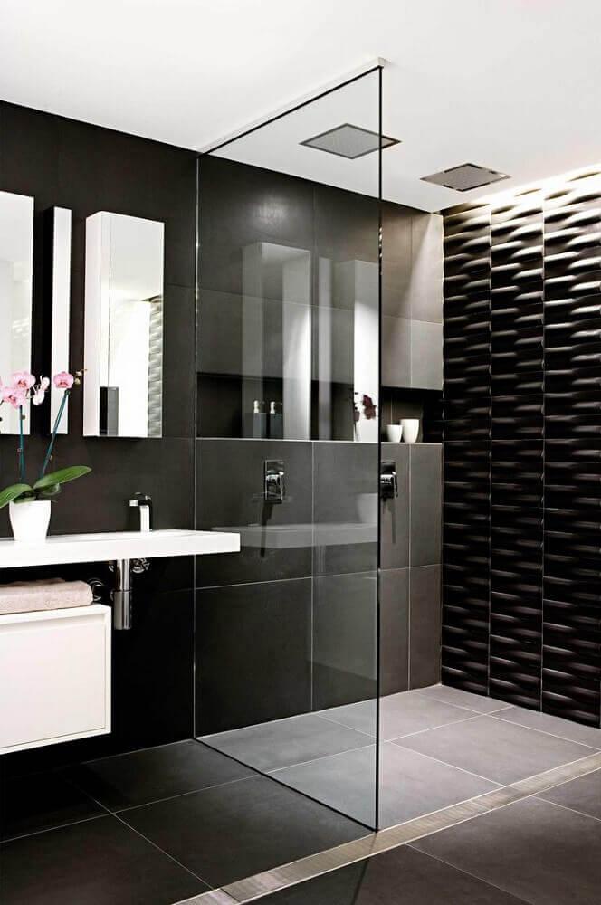 banheiro preto com textura na parede