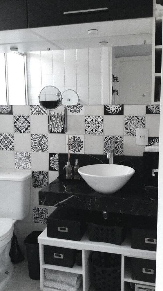 banheiro preto e branco com azulejo estampado