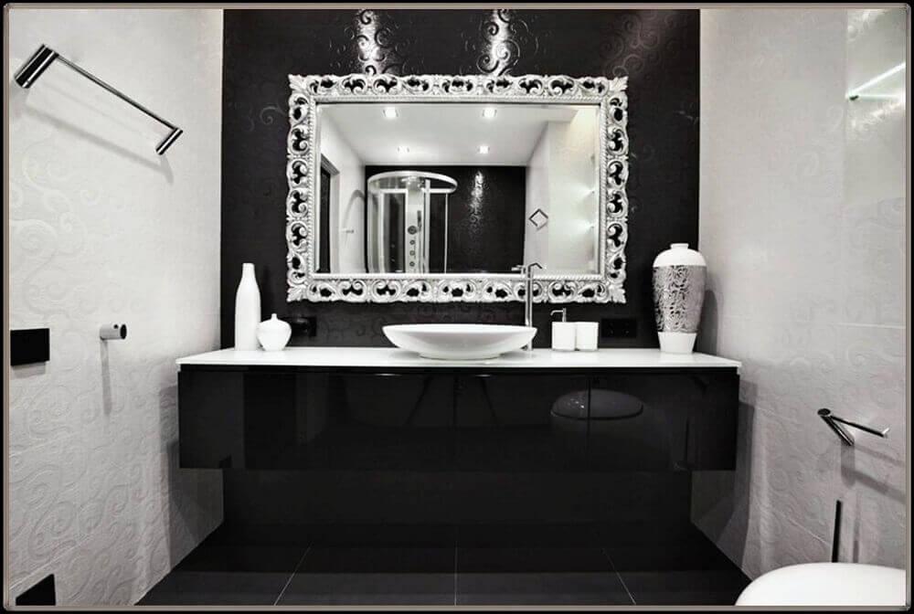 banheiro preto e branco com espelho prateado