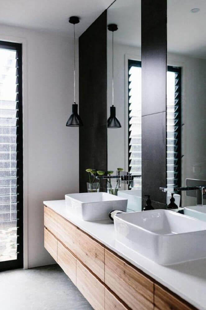 banheiro preto e branco com madeira