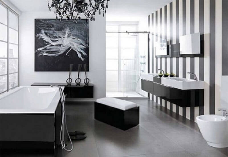 banheiro preto e branco com papel de parede listrado