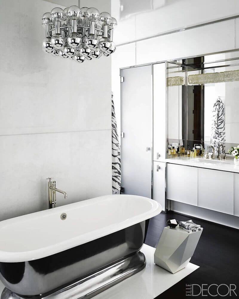banheiro preto e branco com piso preto e luminária moderna