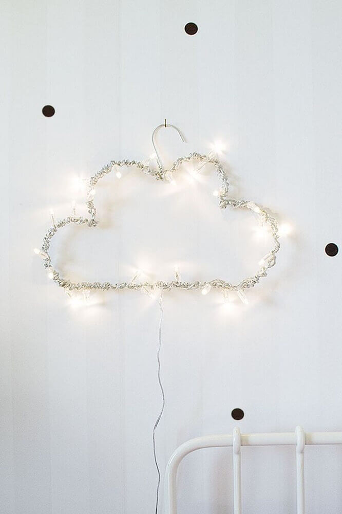 cabide em formato de nuvem com pisca pisca
