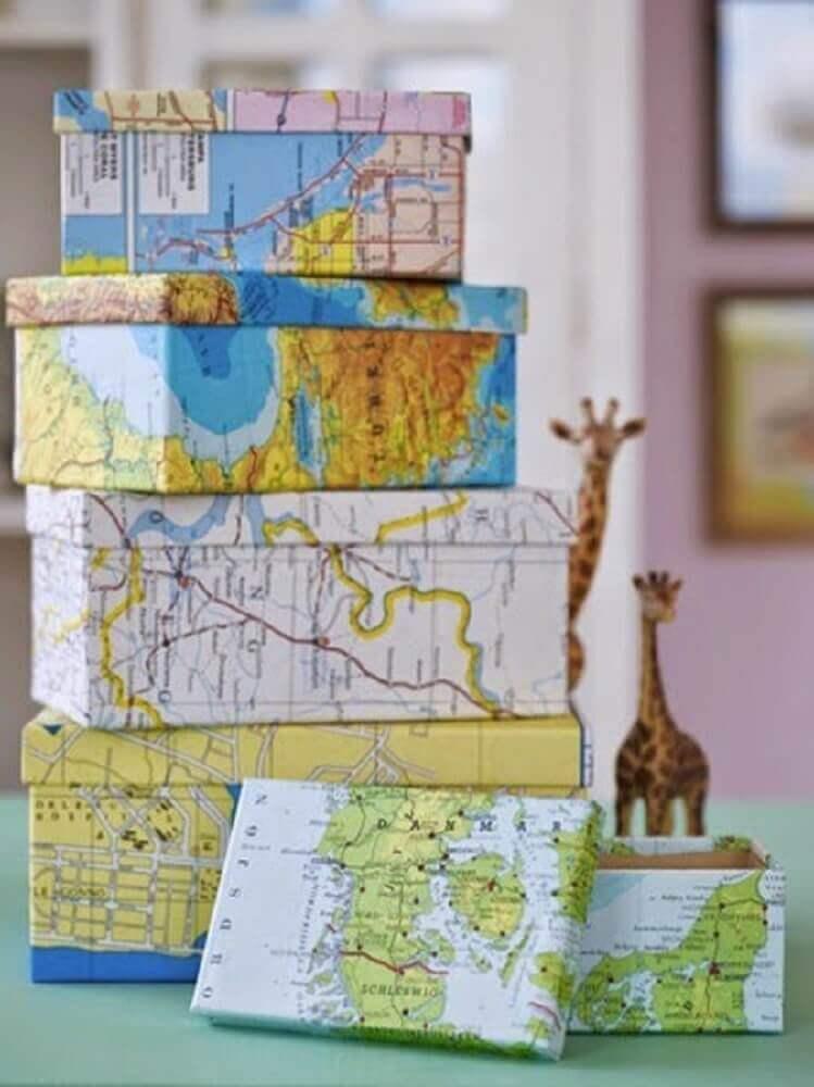 caixa de sapato encapada com mapa