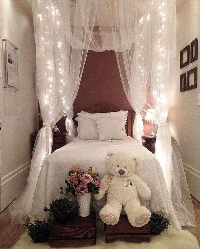 cama com dossel e cortina de pisca pisca