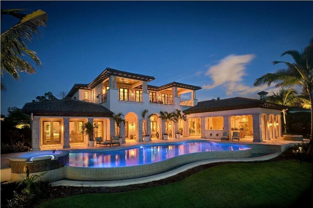 casa de rico com piscina e jardim
