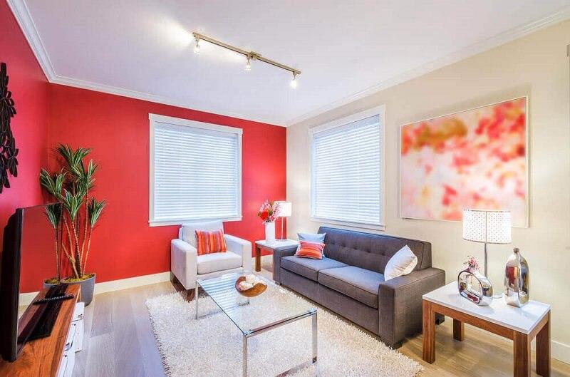 Casa simples e bonita com janela grande para sala.