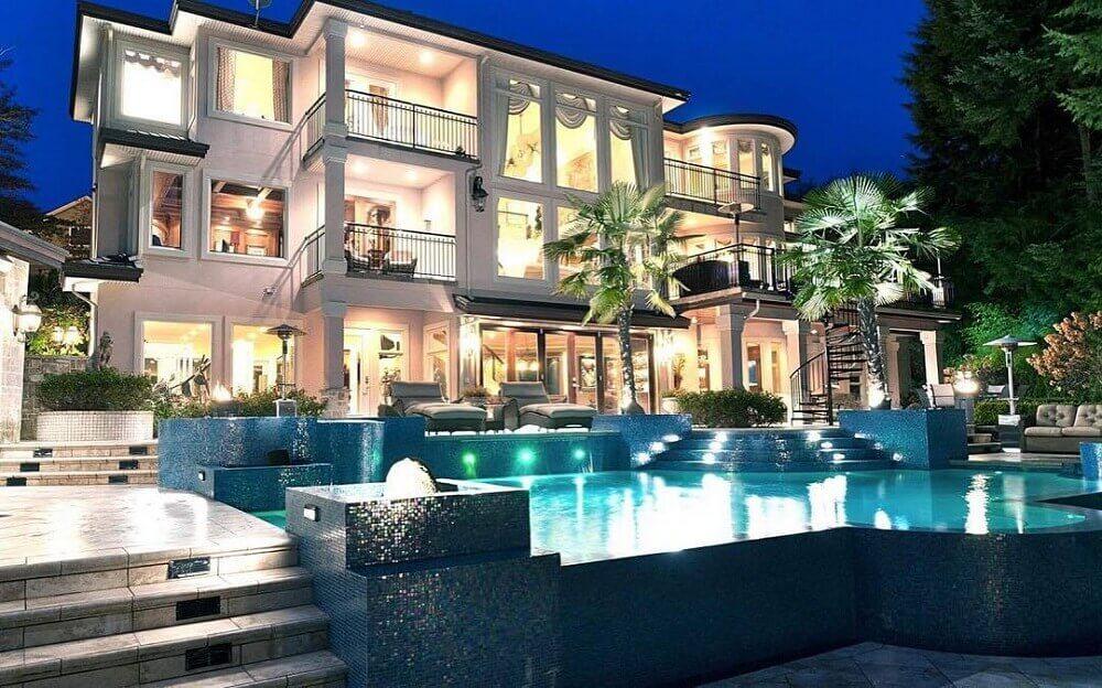 casas de luxo com piscina iluminada