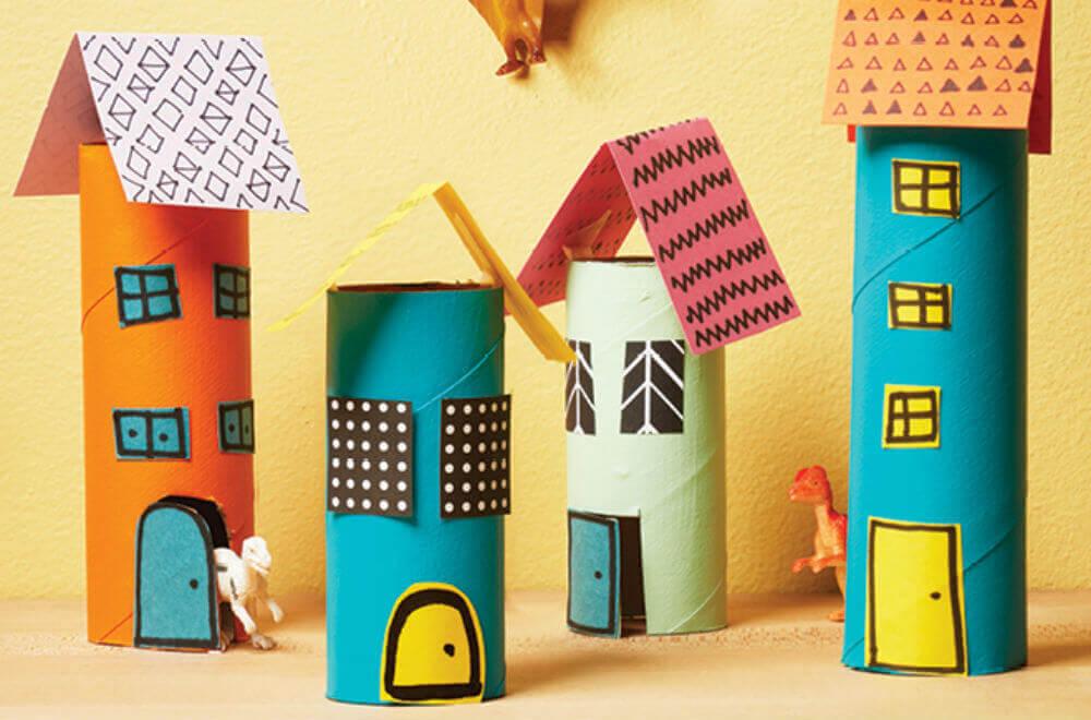 casinhas coloridas de artesanato com rolo de papel higiênico
