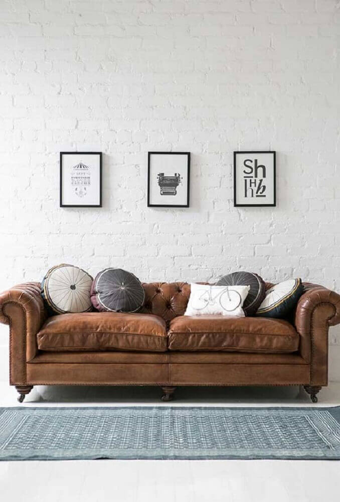 como escolher almofadas para sofá marrom