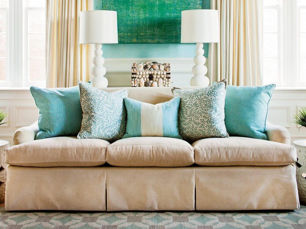 como usar almofadas coloridas para sofá