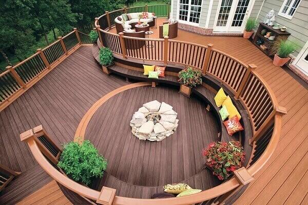 Terraço encantador com piso de madeira