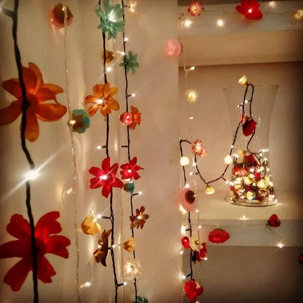 cortina de pisca pisca com detalhes de flores