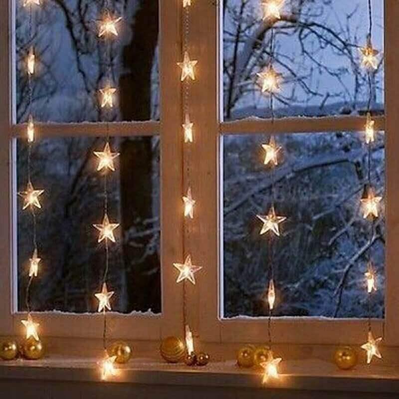 janela com cortina de pisca pisca de estrelinhas
