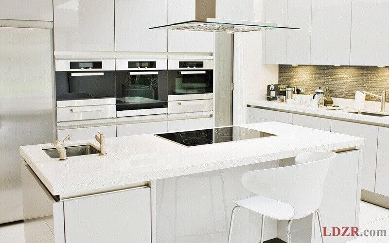 cozinha moderna planejada com ilha branca