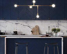 cozinha moderna planejada decorada com armário azul marinho e luminária pendente dourado  Foto Pinterest