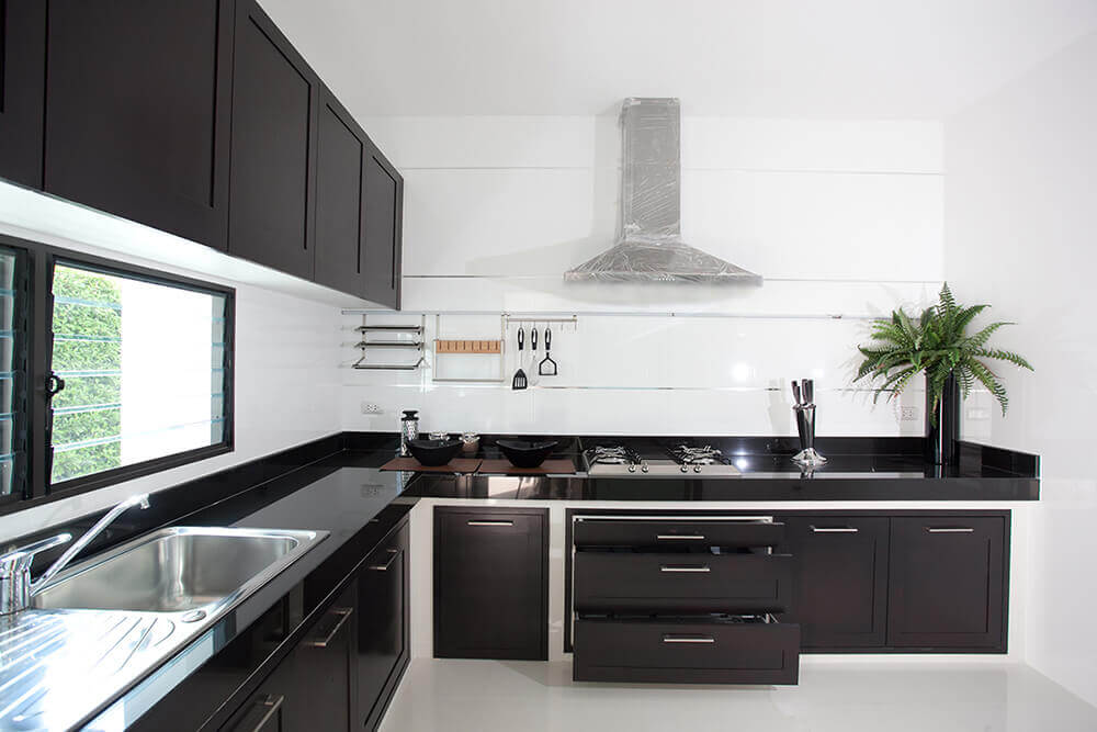 cozinha moderna planejada em preto e branco