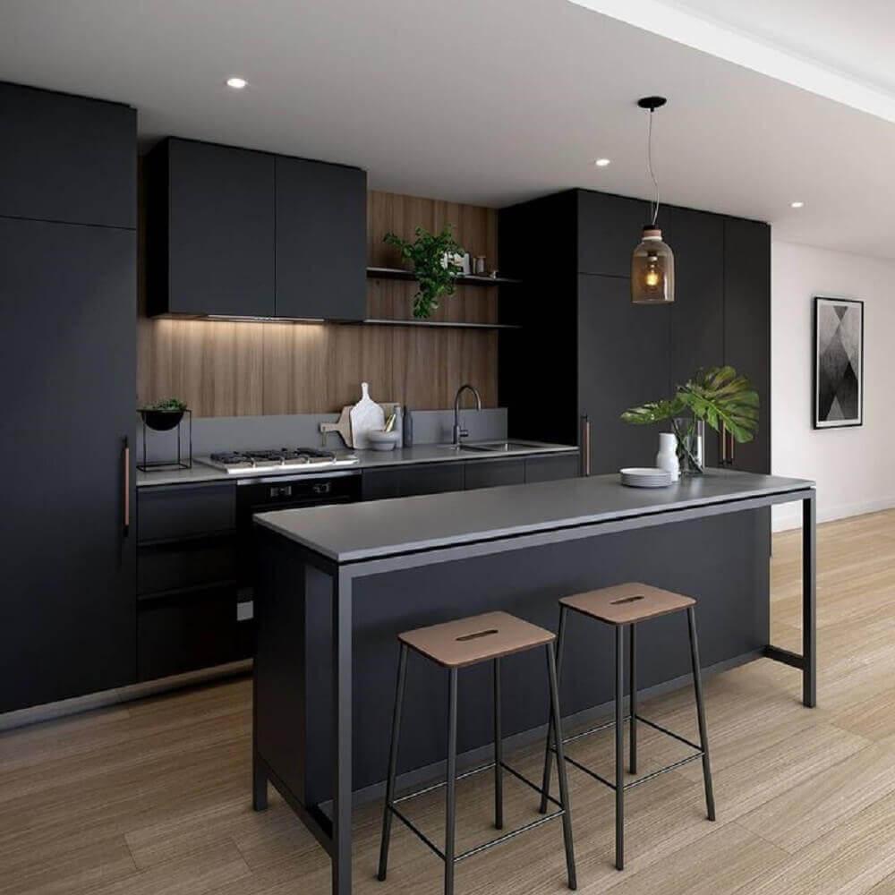 cozinha planejada preta com madeira