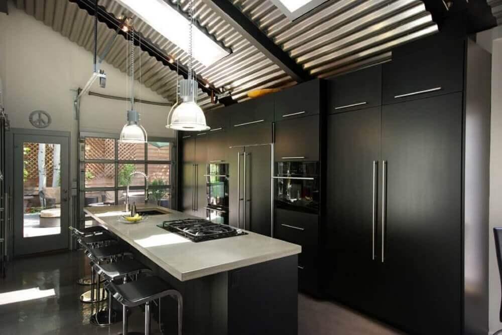 cozinha planejada preta com pendentes