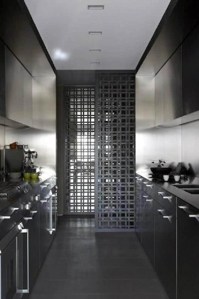 cozinha preta com aço inox