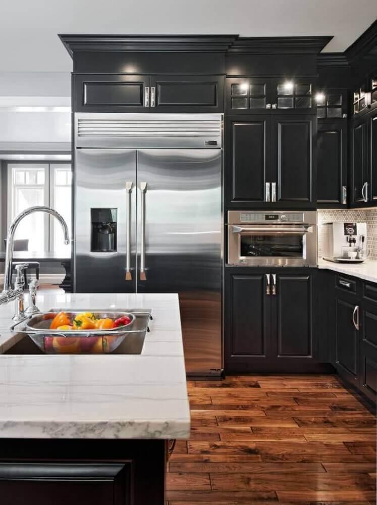 cozinha preta com bancada de mármore
