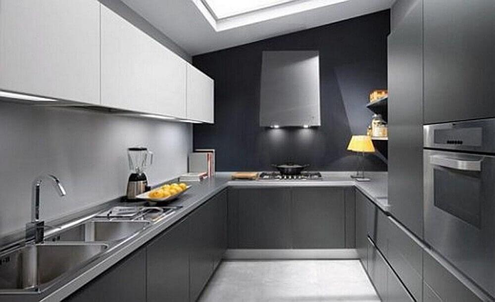 cozinha preta com claraboia