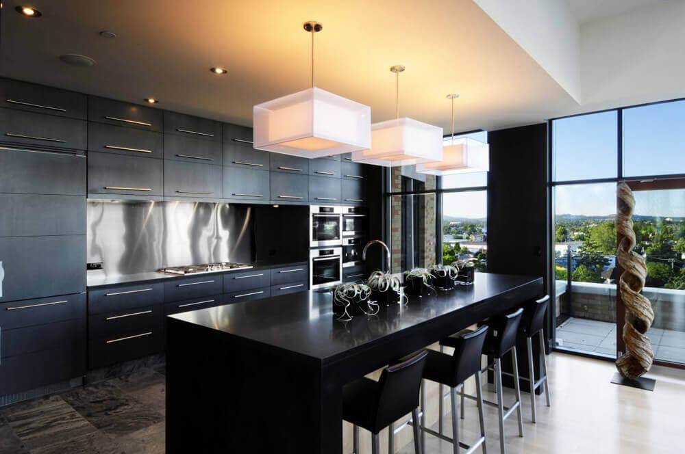 cozinha preta com luminária grande