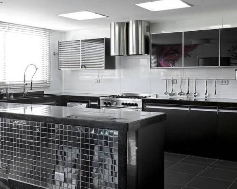 cozinha preta com pastilha inox