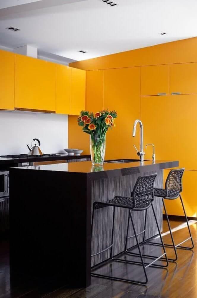 cozinha preta e amarela com ilha