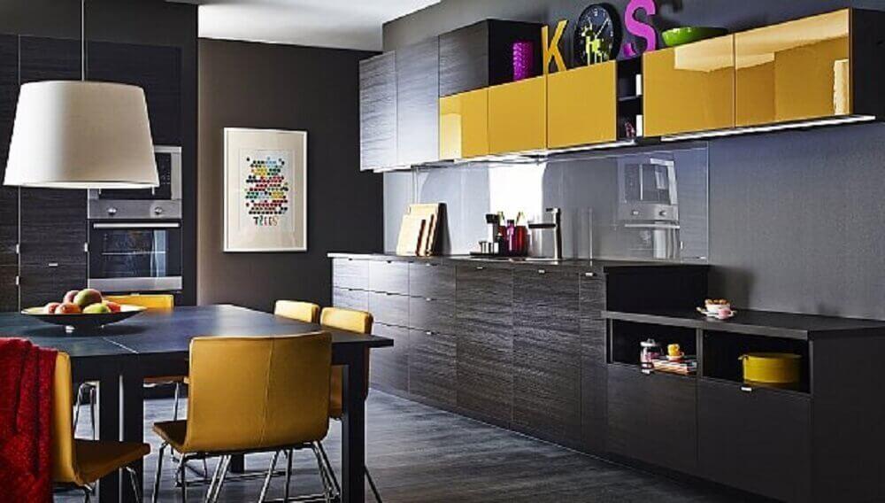 cozinha preta e amarela planejada