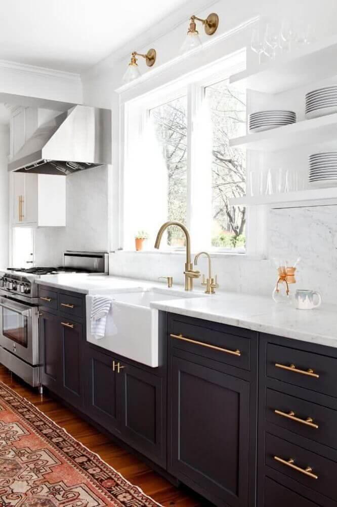 cozinha preta e branca com dourado
