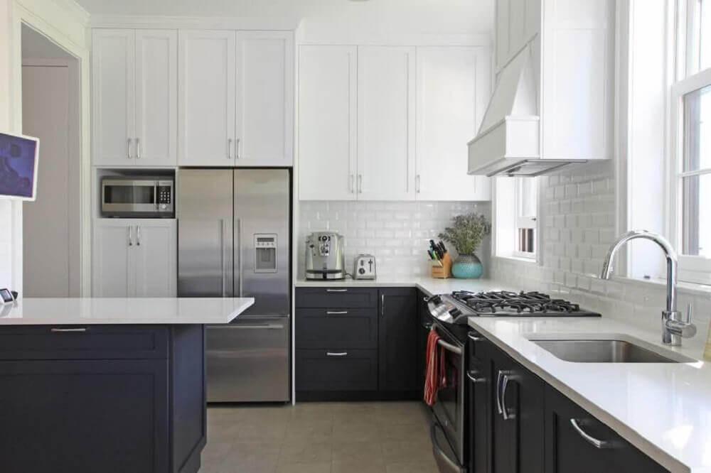 cozinha preta e branca com ilha
