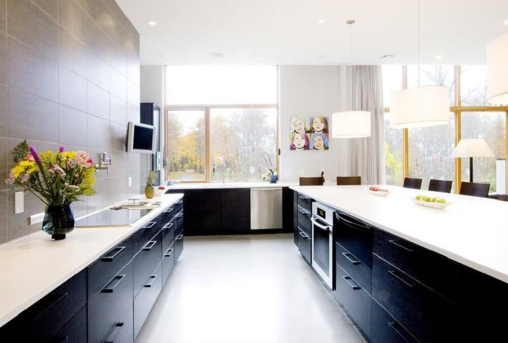 cozinha preta e branca decorada