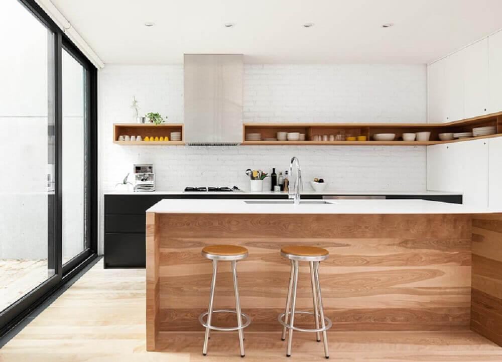 cozinhas modernas com prateleiras de madeira