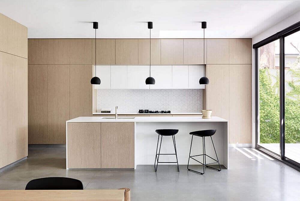 cozinhas modernas planejadas com pendentes pretos