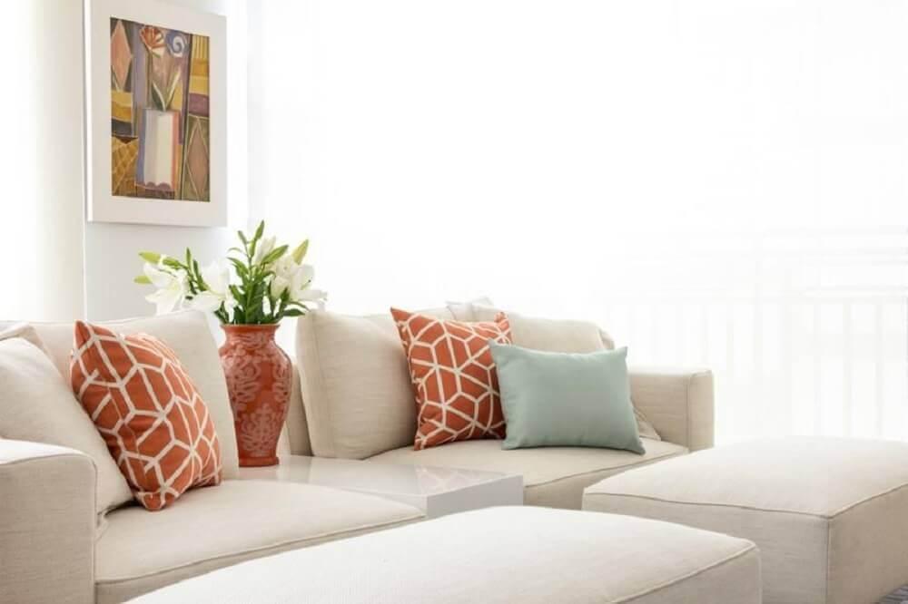 decoração clean com almofadas coloridas para sofá