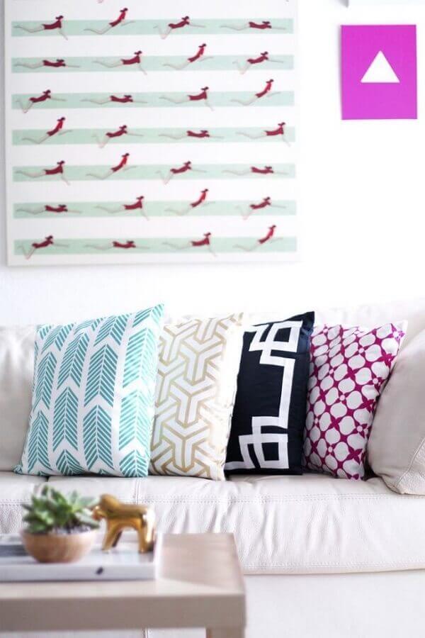 decoração colorida com almofadas para sofá branco Foto Pinterest