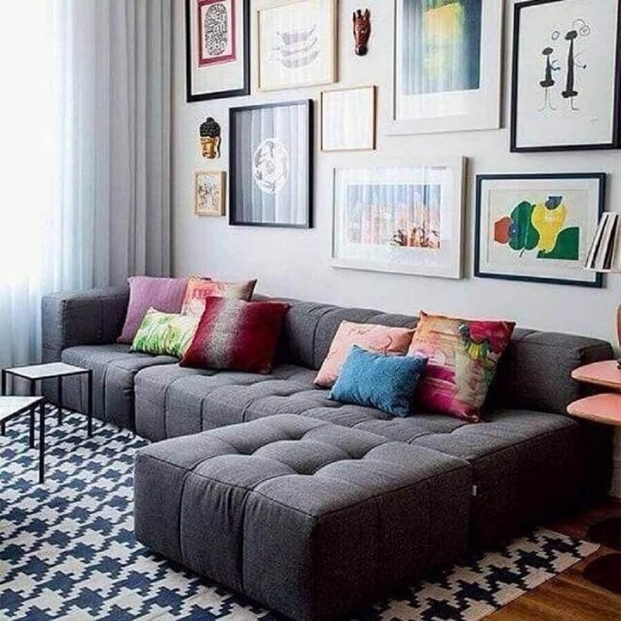 decoração colorida com almofadas para sofá cinza escuro Foto Webcomunica