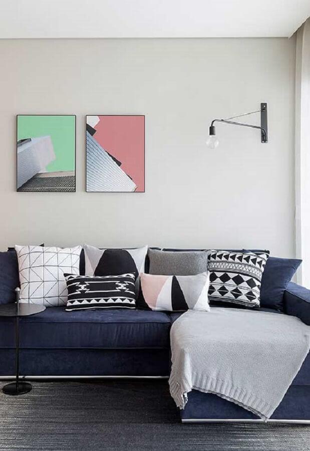 decoração com almofadas estampadas para sofá azul marinho Foto Webcomunica