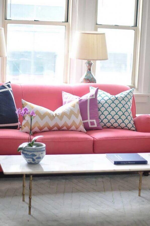 decoração com almofadas estampadas para sofá cor de rosa Foto Pinterest
