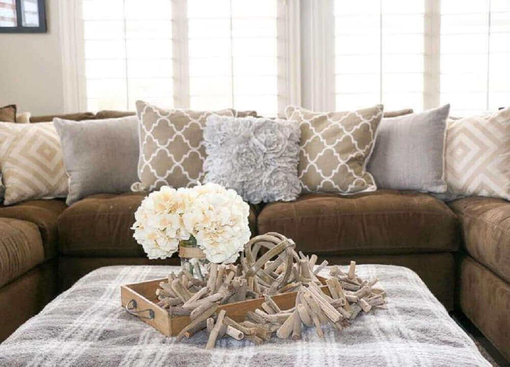 decoração com almofadas para sofá marrom