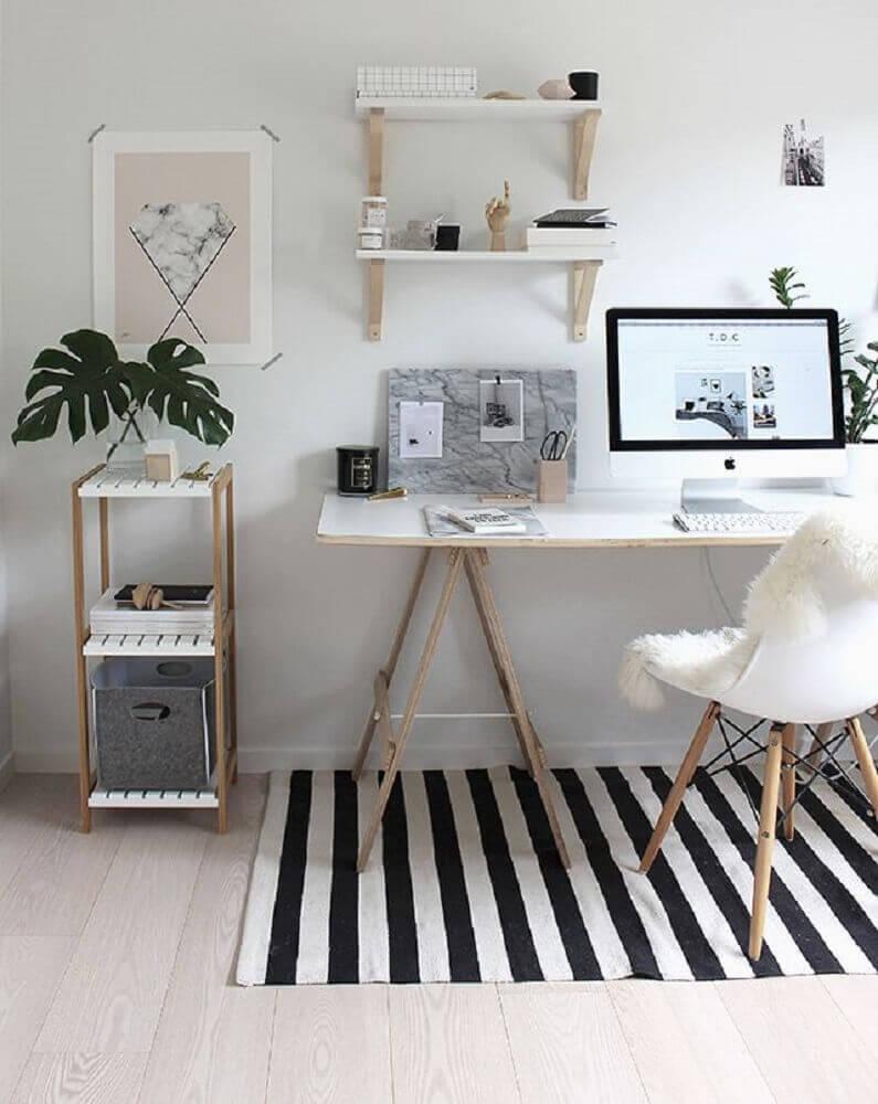 decoração com escrivaninha e tapete listrado