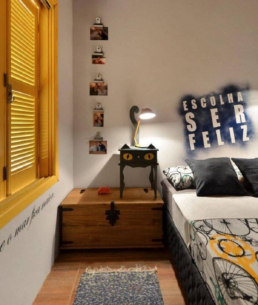 decoração com luminária de mesa para quarto de solteiro