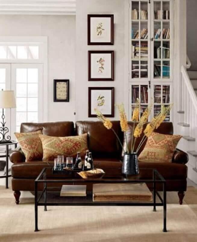 sala com sofá marrom e almofadas estampadas